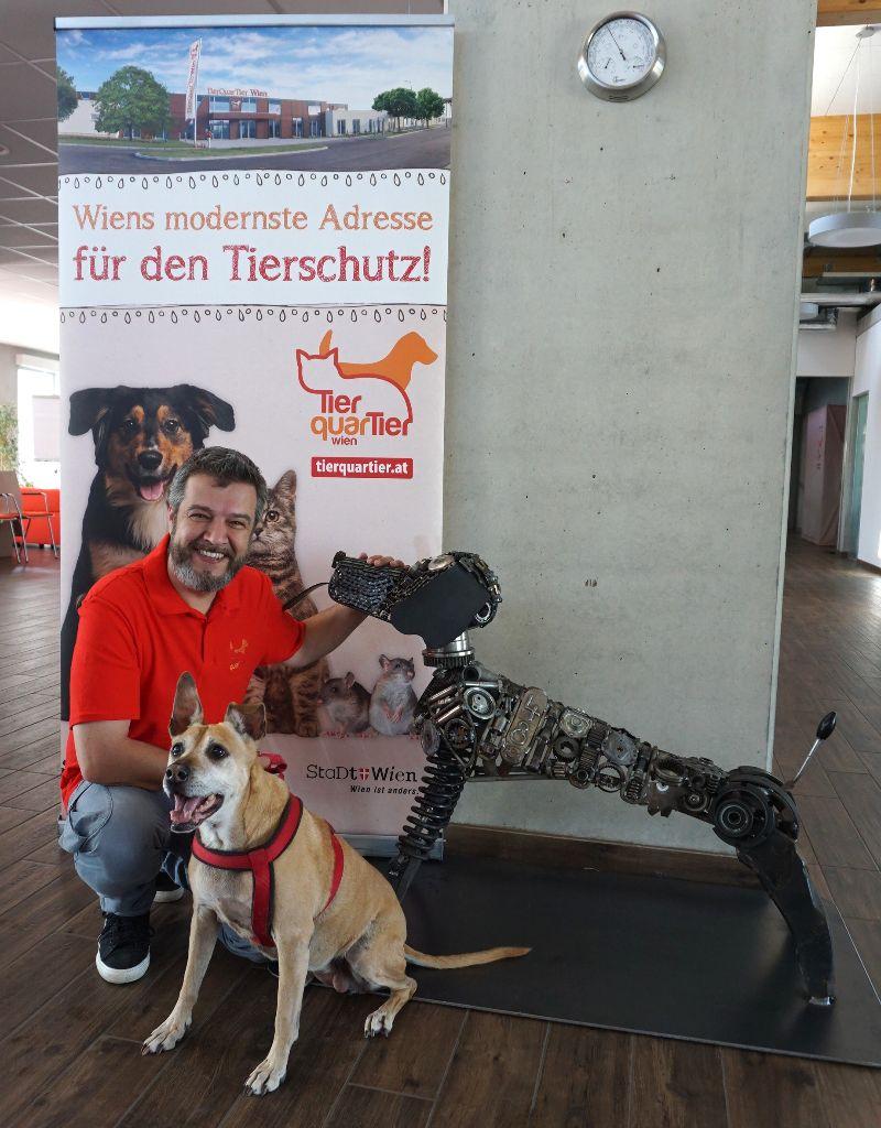 Betriebsleiter Thomas Benda mit Metallhund Strolchi