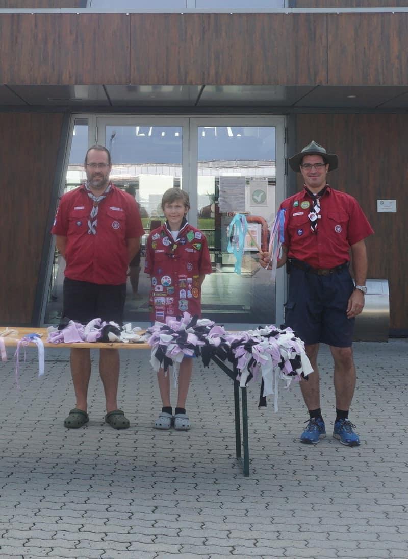 Drei Pfadfinder stehen vor dem TierQuarTier Wien.