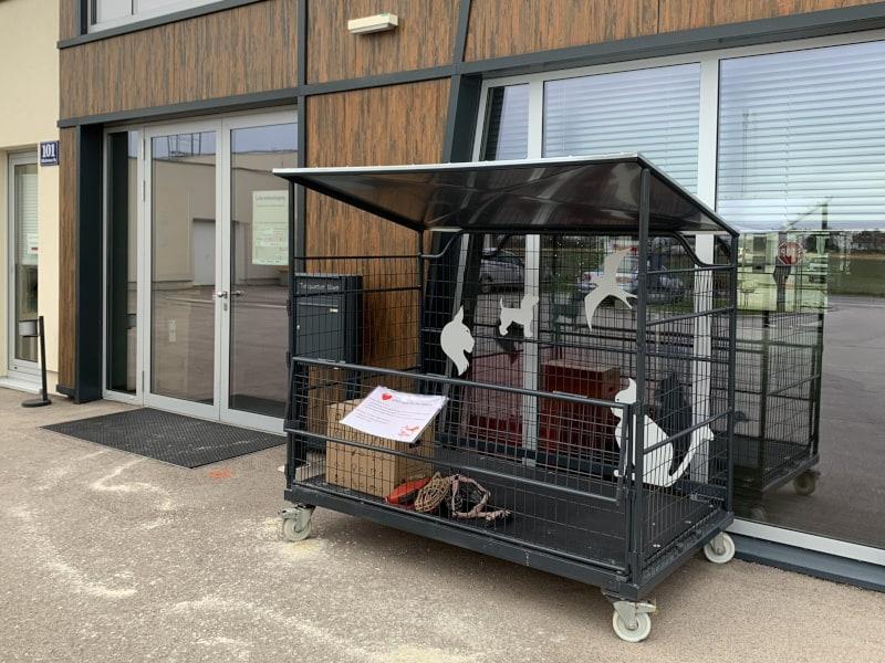 Eine große, orangene Box steht vor dem Hintereingang des TierQuarTiers Wien.